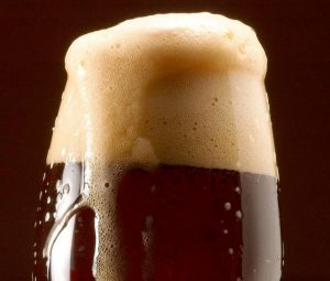 ¿Qué hace que la cerveza negra sea oscura?